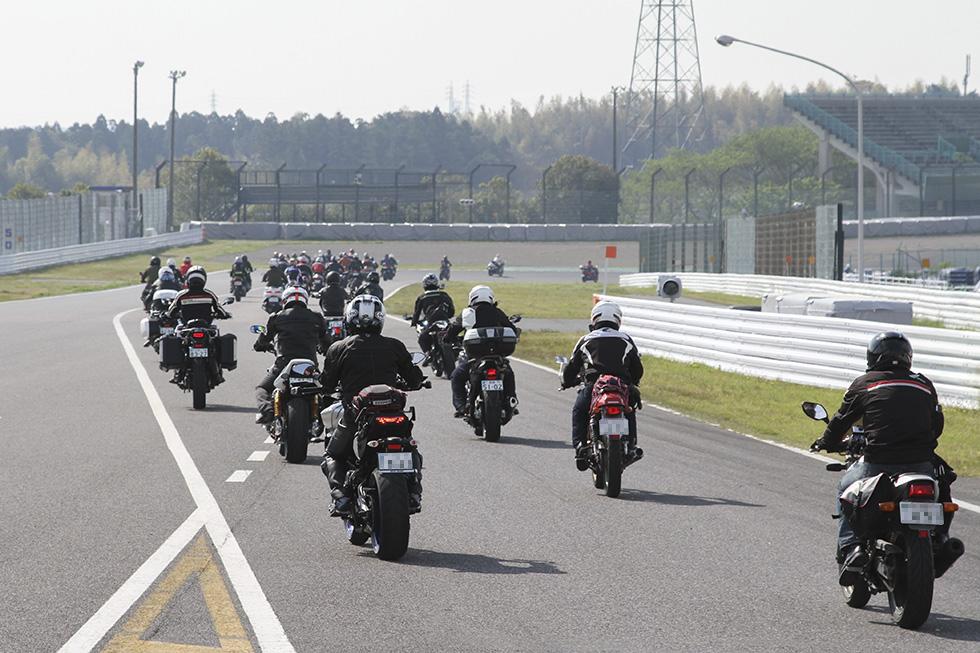 鈴鹿サーキットでコースインするバイク