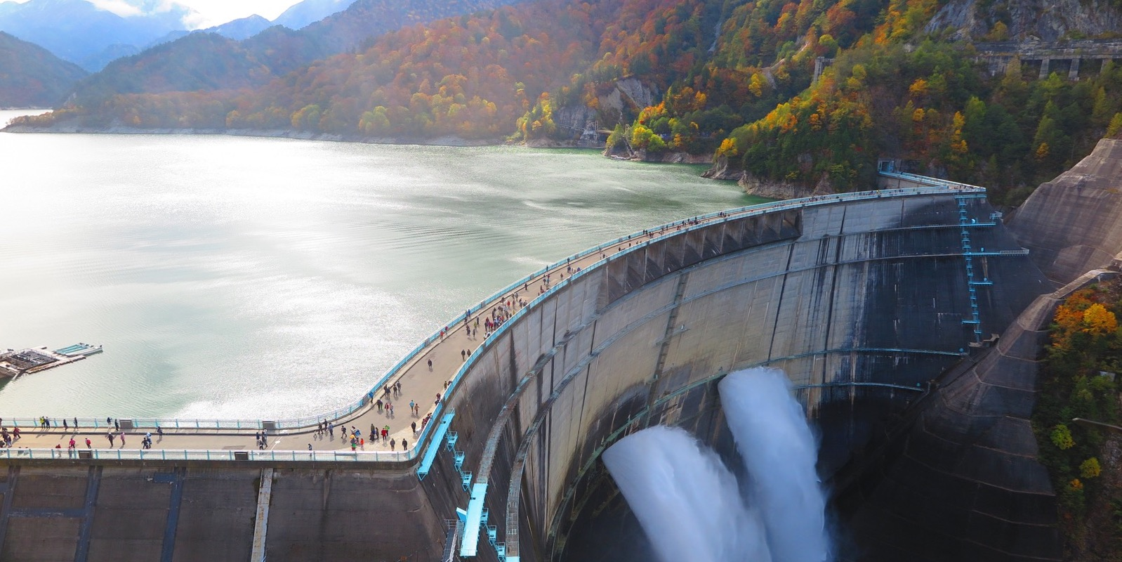 黒部ダムの放水の様子