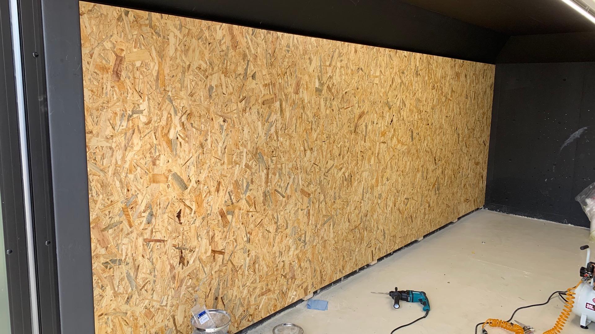 コンクリート壁にosbボードをdiy貼付け ガレージの壁面収納力をアップ